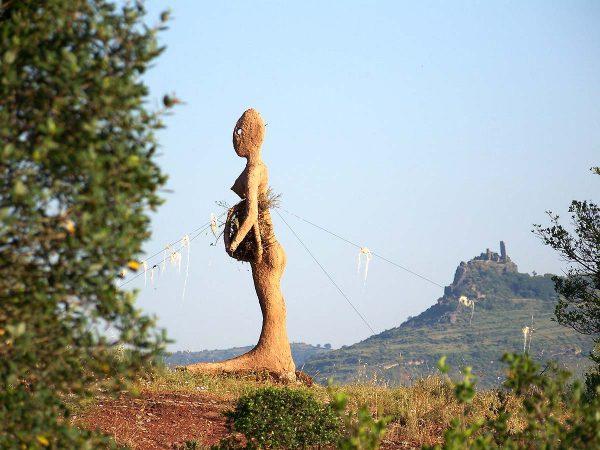 Déesse terre : sculpture en terre, paille, bamboo. 2008