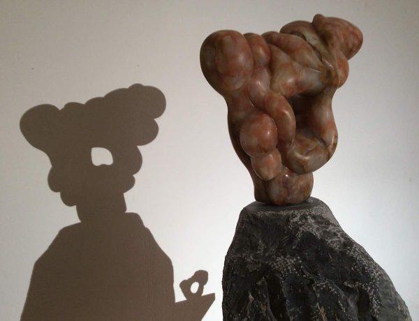 Circonvolution, sculpture en onyx, réalisé par xavier Loire, sculpteur sur pierre en 2014