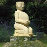 Pater mère, sculpture en calcaire, collection publique